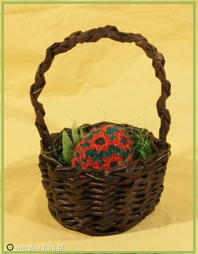 koszyk z papieru z jajem  quillingowym