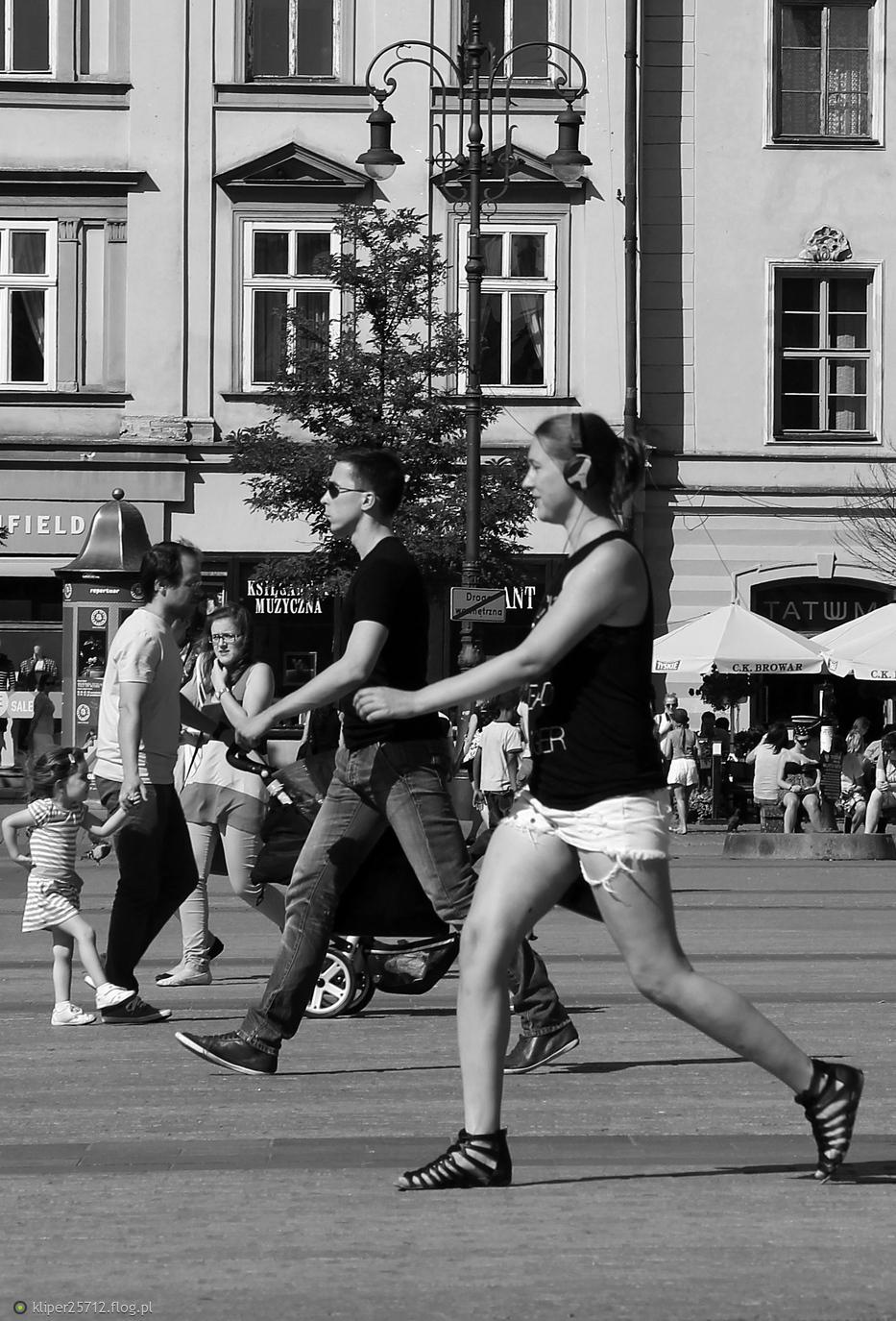 Kraków street photo...każdy w swoją stronę